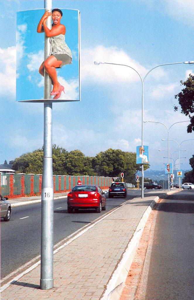 Необычная реклама на столбах
